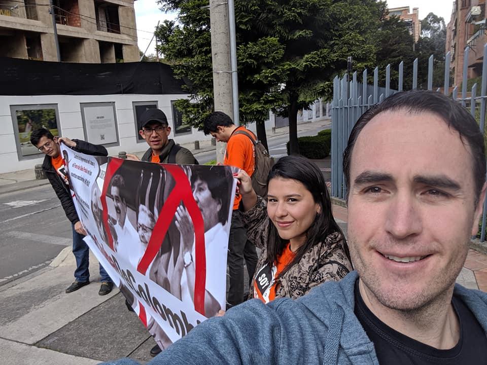 Kyle Varner se une a los libertarios colombianos y los exiliados venezolanos manifestando frente a la embajada cubana