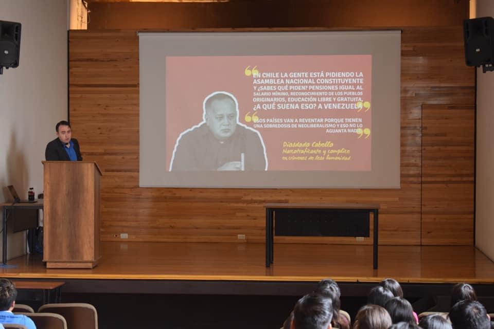 Kyle Varner dando un discurso en la Universidad de Cuenca sobre la lucha por la libertad en Venezuela