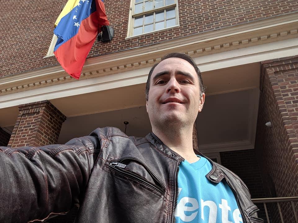 Dr. Varner frente a la embajada venezolana en Washington DC